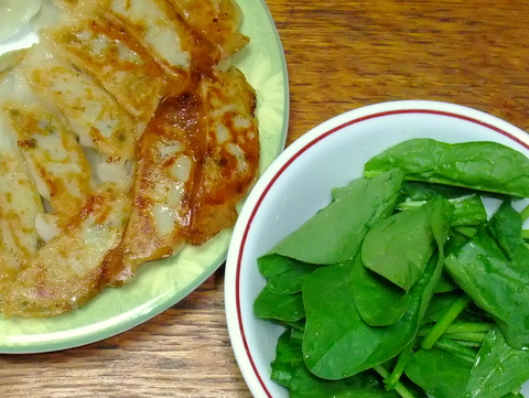 餃子とほうれん草のサラダ