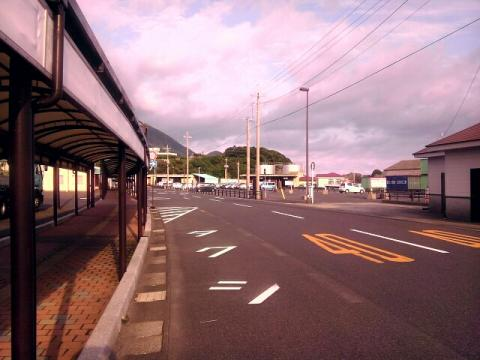 屋久島のフェリー乗り場の前の道路