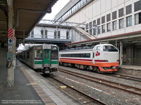 東北本線 701系電車と磐越西線 快速あいづライナー(郡山駅)