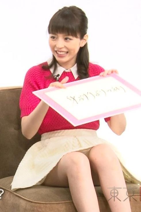 平野綾 スカートからチラリ太ももキャプ画像(エロ・アイコラ画像)