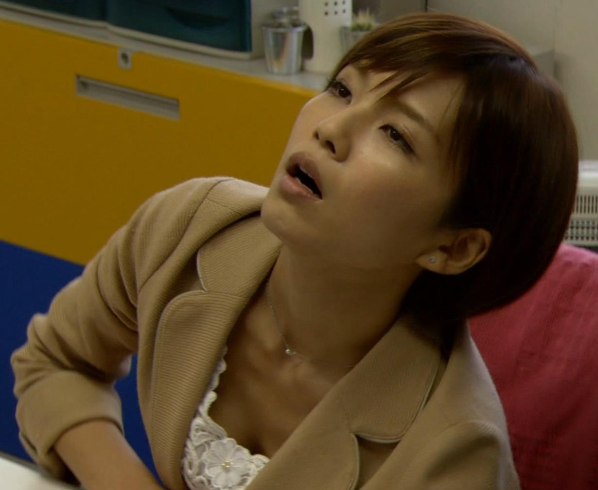 宇野実彩子 (AAA) 前かがみ胸ちらキャプ画像(エロ・アイコラ画像)