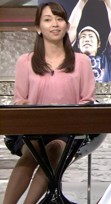 出水麻衣 パンチラしそうな机の下のミニスカート