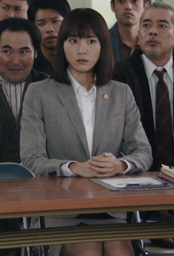 新垣結衣 机の下のミニスカートキャプ画像(エロ・アイコラ画像)