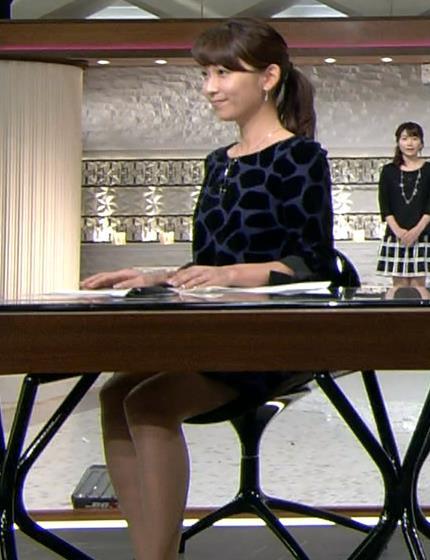 出水麻衣 机の下のミニスカートキャプ画像(エロ・アイコラ画像)
