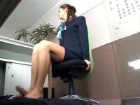 美人受付嬢が隠れて足コキしてくれます!