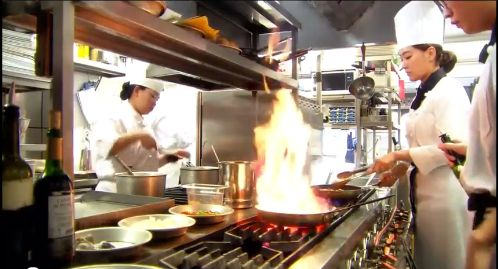 有名イタリアンレストランでシェフを務めるカンサンの厨房