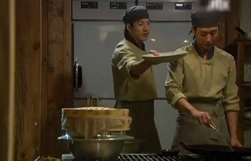 よそり皿を準備しろ はいっどうぞコック長さま!