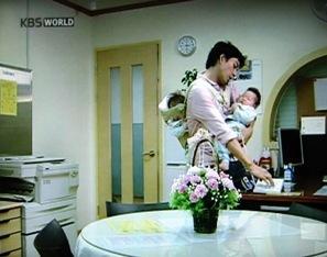 チャンスくん 赤ちゃんを抱くイルグクさん